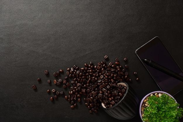 책상 상단보기에 스마트 폰 및 커피 콩