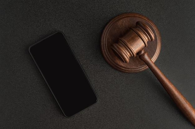 Смартфон и молоток судьи