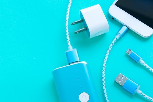 コピースペース付きのスマートフォンとusbケーブル充電器