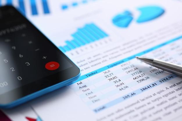 Смартфон калькулятор и финансовая статистика по инфографике