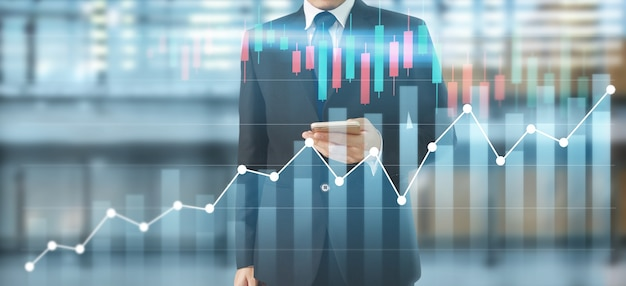 手元にあるスマートフォンと彼のビジネスにおけるグラフの成長とチャートの肯定的な指標の増加を計画する