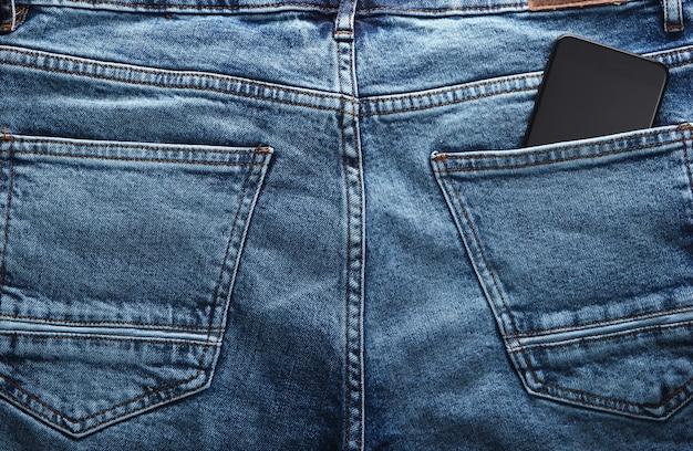 ブルージーンズの後ろポケットにスマートフォン
