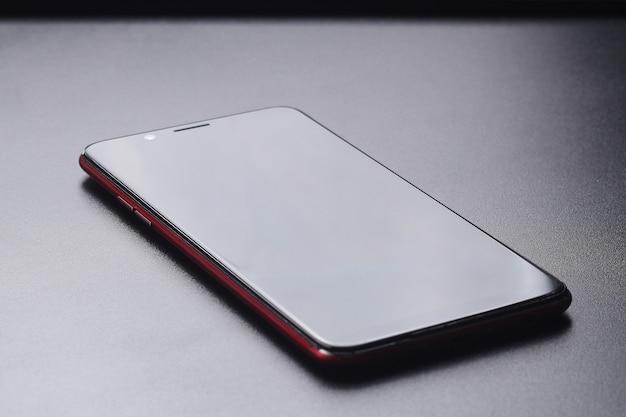 Смартфон, изолированные на черном фоне