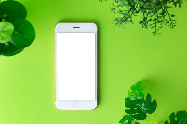 白い画面と緑の背景に緑の植物とスマートフォンの携帯電話