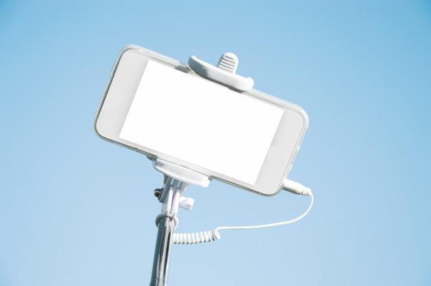 自分撮りスティックのクローズアップのスマートフォン