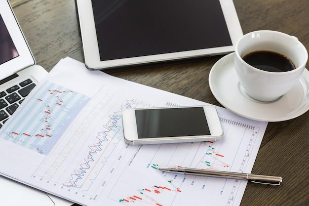 Smartphone e penna su un documento aziendale