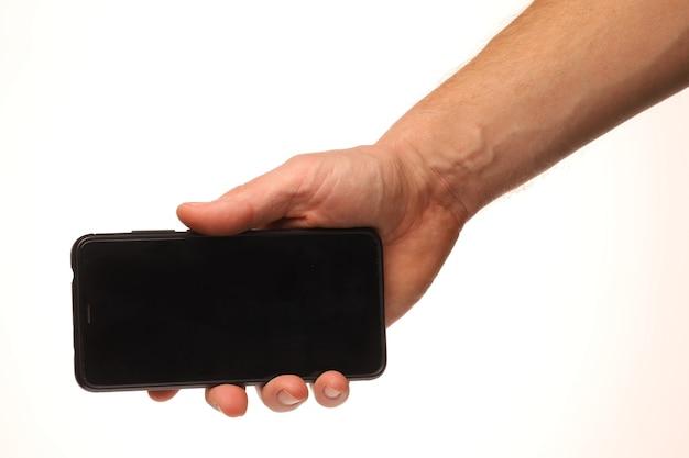 白い背景の上の手にスマートフォン