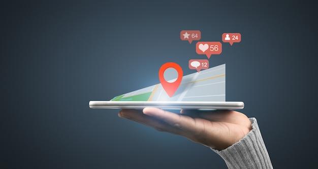 트레이 및 네트워크 연결 인터페이스와 같이 손에 놓인 스마트 폰