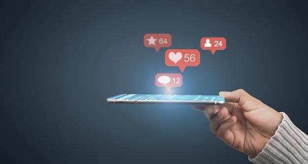 Смартфон помещается в руку как лоток и интерфейс сетевого подключения