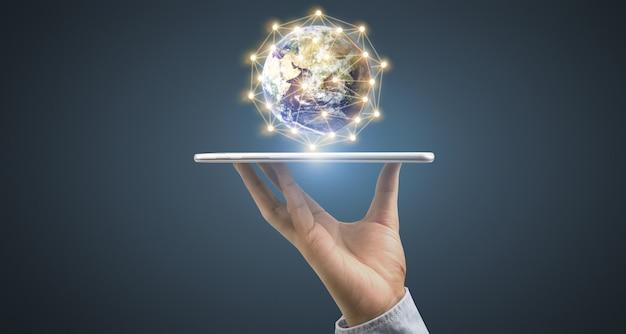 Смартфон помещен в руку как лоток с использованием соединения с летающей землей. элементы этого изображения предоставлены наса