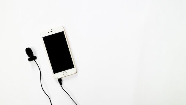 白い背景の上のオーディオ録音とスマートフォンの肖像画