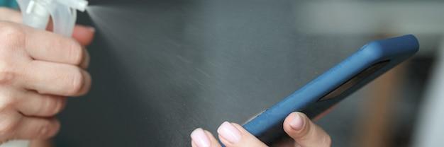 スマートフォンの画面は消毒剤のクローズアップで覆われています