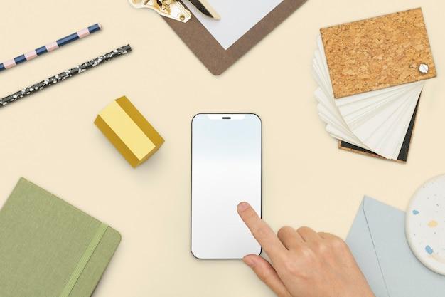 Schermo dello smartphone con strumenti di cancelleria stile di vita studentesco