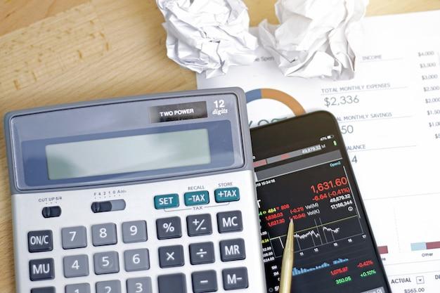 株式市場の動向を示すスマートフォン