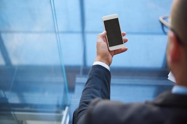 현대 사업가가 사용하는 스마트 폰
