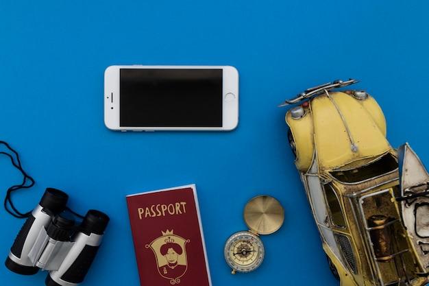 Smartphone e oggetti di viaggio d'epoca