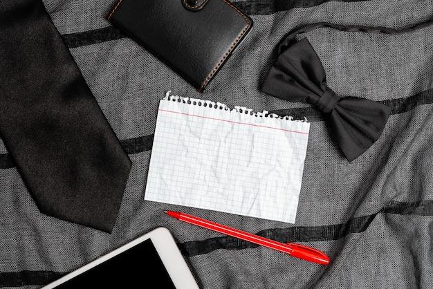 스마트폰 음성 화상 통화, 포켓 콘텐츠 표시, 중요 메모 작성, 일상적인 휴대 필수품 제시, 판매 가격 계산, 가죽 지갑 디자인