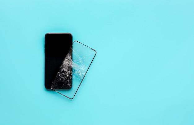 割れた強化ガラスシールドを備えたスマートフォン