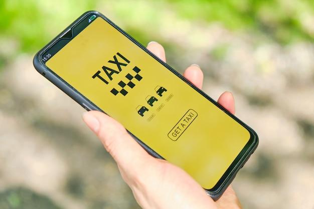 택시 클래스를 선택하기위한 앱이있는 스마트 폰