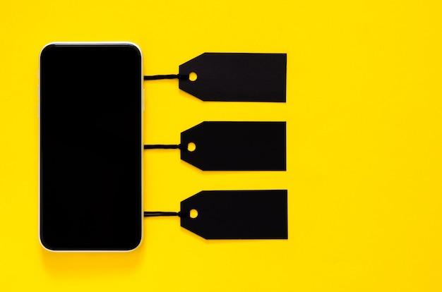 オンラインショッピング用の黒の値札、サイバーマンデーとブラックフライデーのコンセプトのスマートフォン。