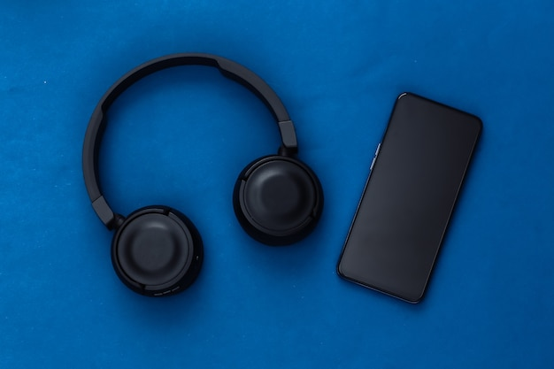 クラシックブルーの黒のステレオヘッドフォン付きスマートフォン
