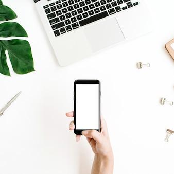 Смартфон с пустым экраном в женской руке