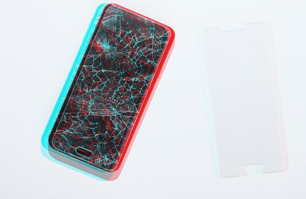 Смартфон со сломанным и новым защитным стеклом на белом фоне. эффект сбоя