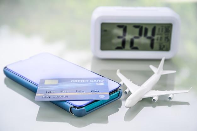 クレジットカードとデッキ上のデジタル時計を備えたスマートフォン