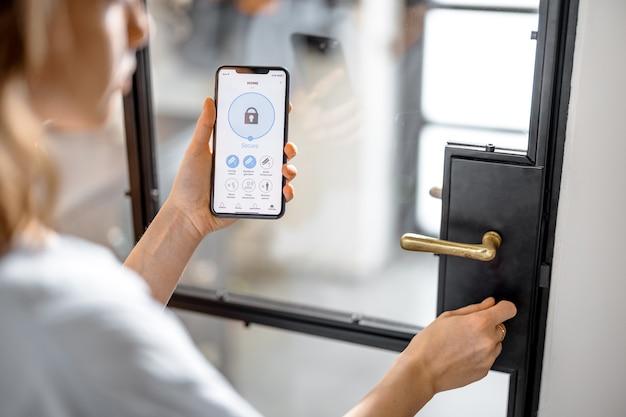 Смартфон с запущенным приложением для охранной сигнализации