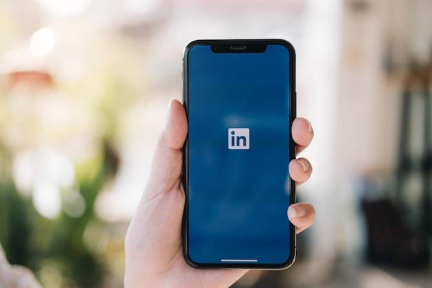 画面にlinkedinアプリケーションを搭載したスマートフォン。 linkedinはビジネス指向のソーシャルネットワーキングサービスです。