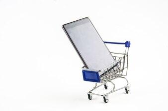 白い背景の上の買い物カゴを持つスマートフォン