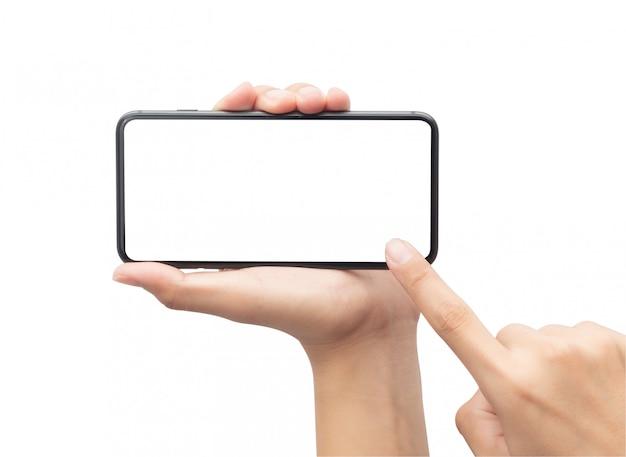 Мужская рука держа черный smartphone и касаясь на пустом экране изолированном на белой предпосылке с путем клиппирования.