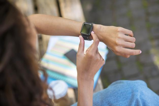 Умные часы. девушка с умными часами на запястье Premium Фотографии