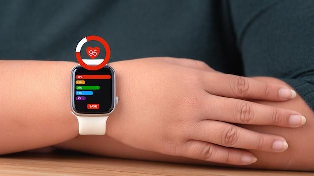화면에 건강 앱 아이콘이 있는 smartwatch.healthcare 및 기술 개념입니다.