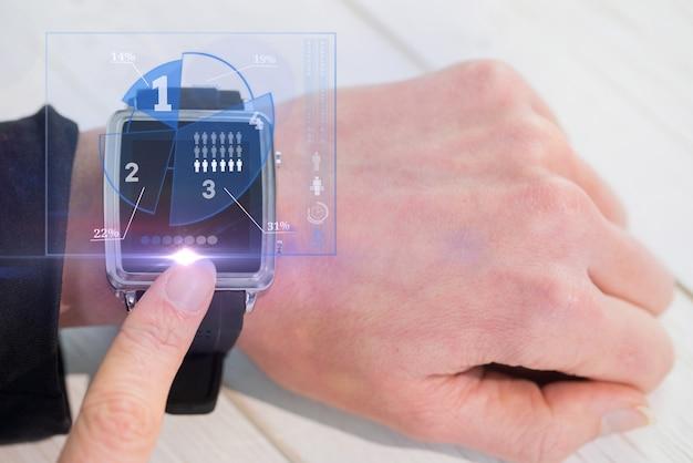 Человек касаясь его smartwatch
