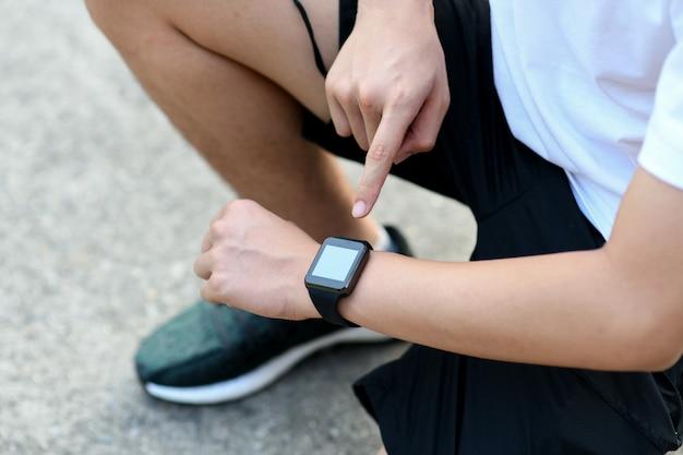 Бегуны устанавливают приложения smartwatch.