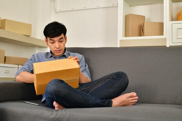 Концепция бизнеса sme. молодые азиатские люди упаковывают свои пакеты.