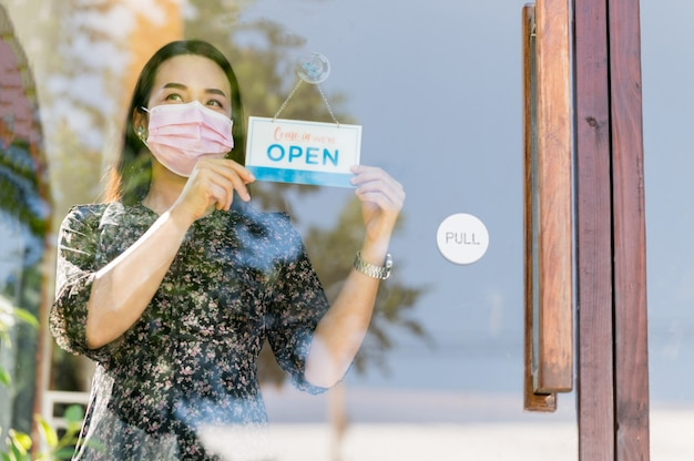 中小企業経営者の女性が喫茶店と食料品を開き、政府が流行を防ぐための検疫措置を緩和した後。