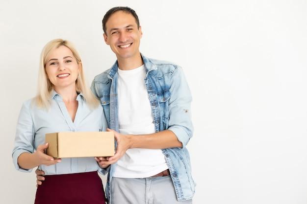 女と男は箱を運ぶ。中小企業の起業家smeまたはフリーランスのアジアの女性と男性がボックスで作業を開始する