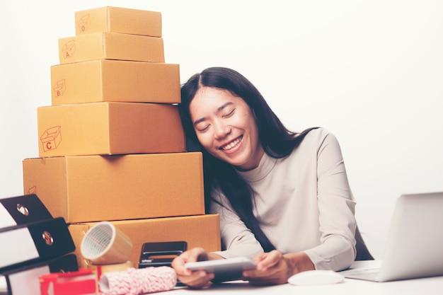 女性はsmeのコンセプトでオンライン販売のビジネス成功に満足しています