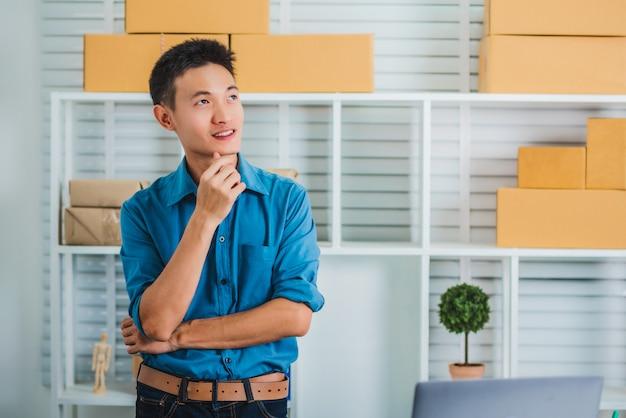 Smeは、ビジネス起業家アジアの若い男のオンラインマーケティングを開始します。