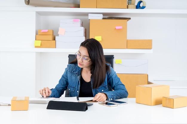自宅でオンラインでビジネスsmeを働いているアジアの女性。ビジネスオンラインのコンセプト