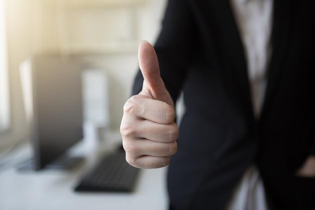 ビジネス仕事の成功の親指の契約ミーティングのオフィスの電子商取引のsme