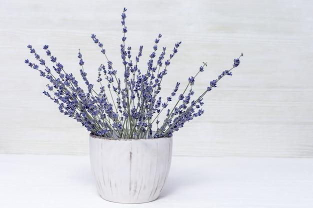 Пахнущие цветы лаванды в горшке. пук естественной лаванды на деревянной предпосылке с космосом экземпляра.