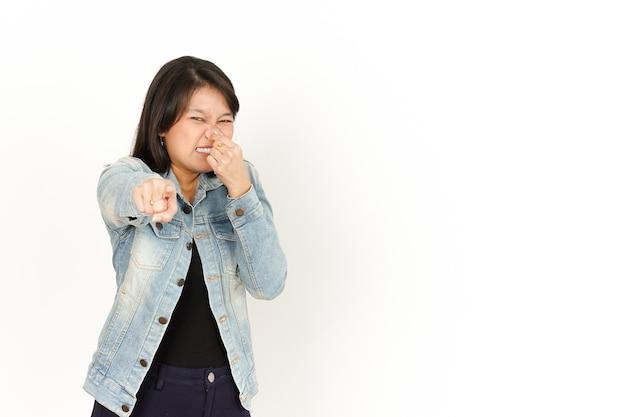 청바지 재킷과 검은 셔츠를 입은 아시아 여성의 냄새나고 역겨운 냄새