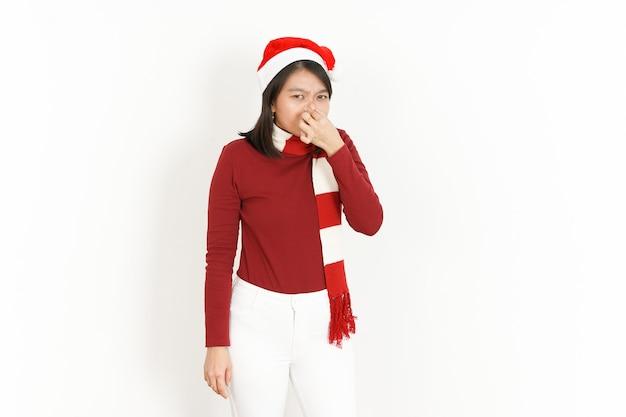 빨간 터틀넥과 산타 모자를 쓴 아시아 여성의 악취와 역겨운 냄새