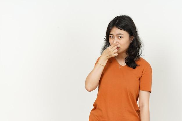 주황색 티셔츠를 입은 아름다운 아시아 여성의 악취와 역겨운 냄새