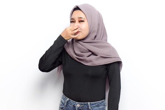 젊은 아름다운 이슬람 아시아 여성의 악취와 역겨운 냄새