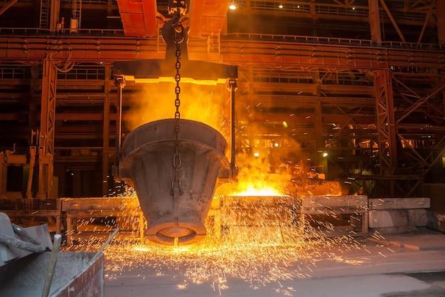 야금 공장에서 금속 제련