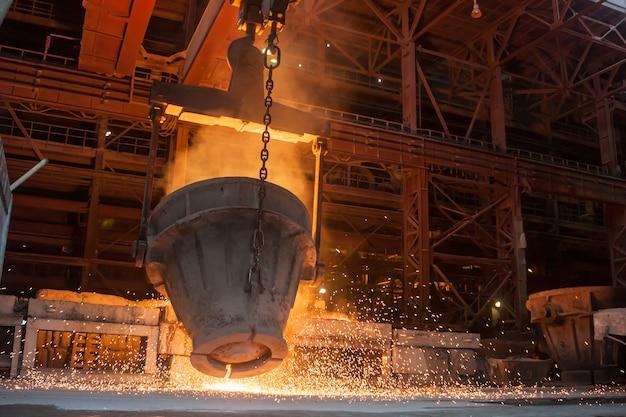 Выплавка металла на металлургическом заводе